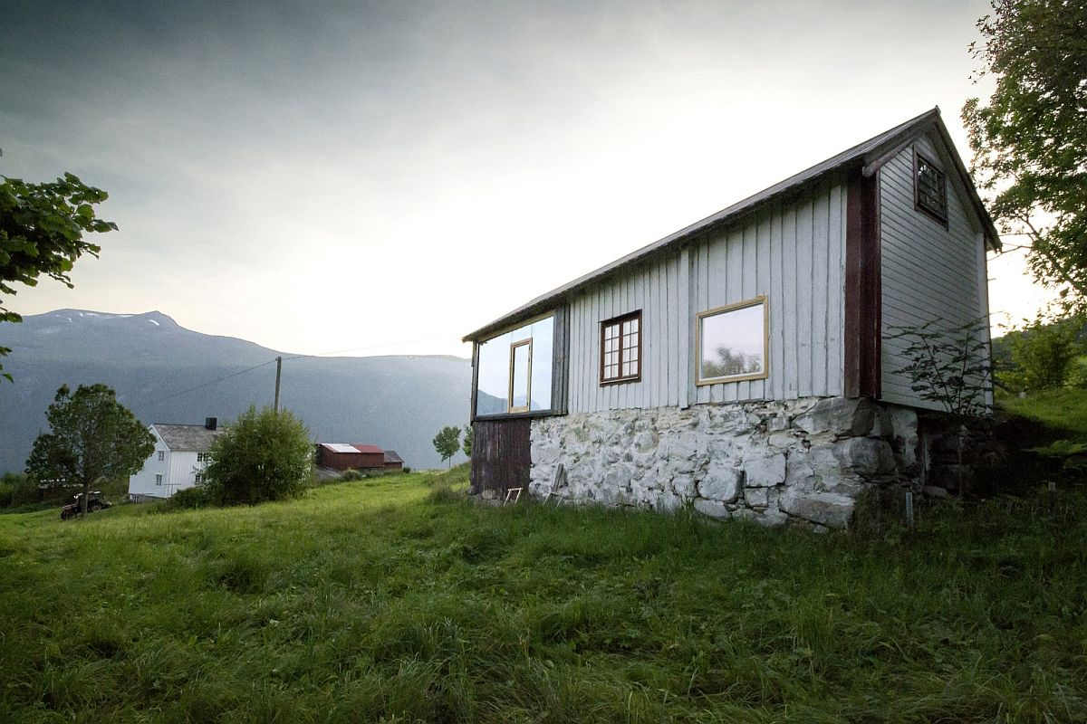 Stone base and wooden exterior of the cabin in Norway