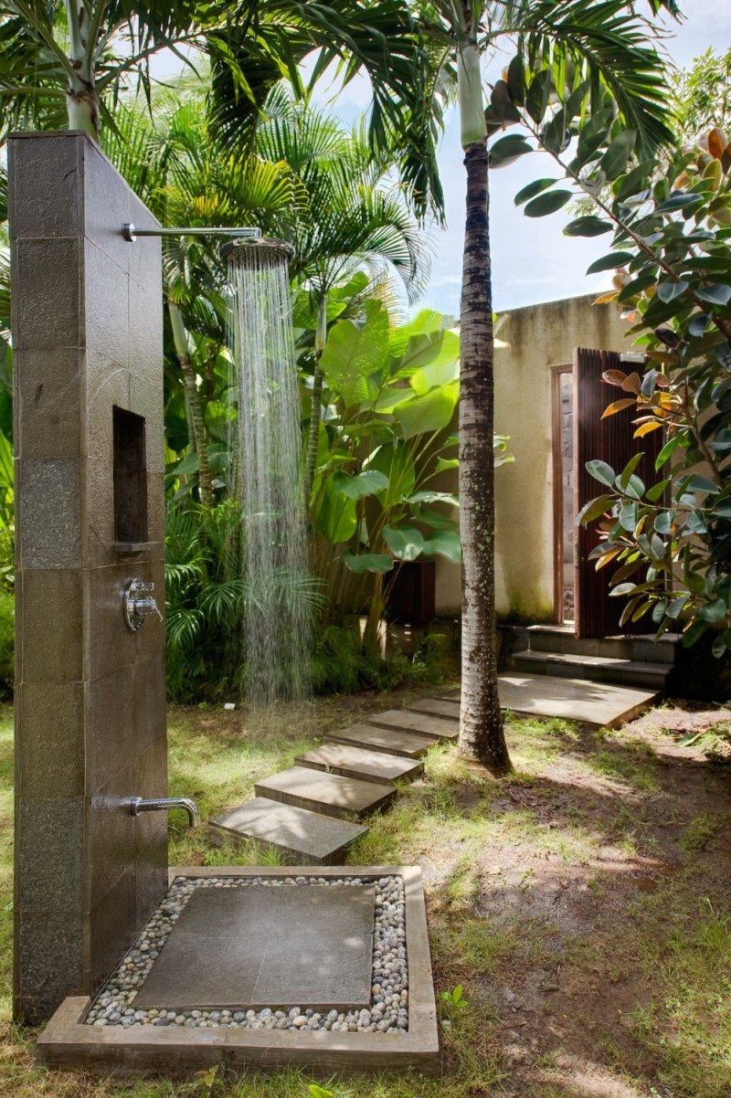 Epitome of luxury 30 refreshing outdoor showers for Outdoor rock shower