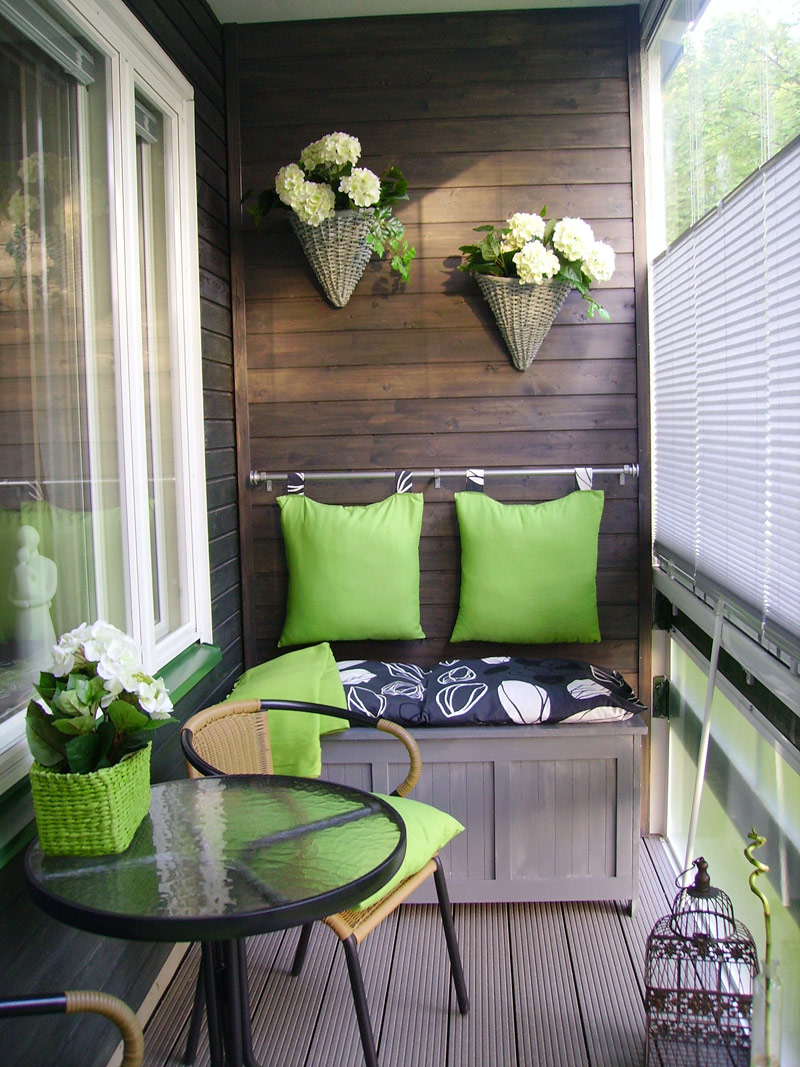 Tiny green balcony with an organic ambiance
