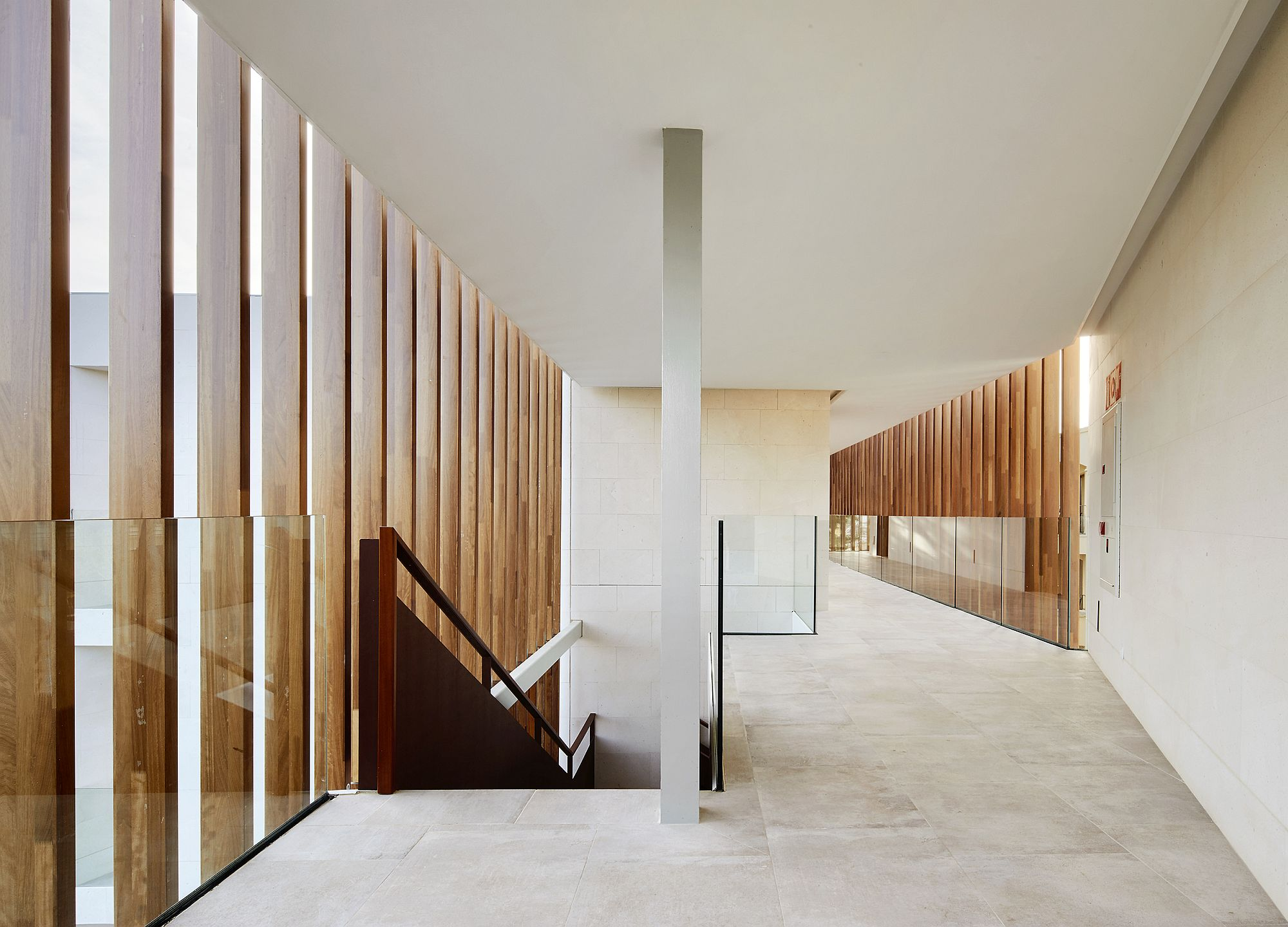 VENIS-NEWPORT-NATURAL-tiles-give-the-interior-an-inviting-look