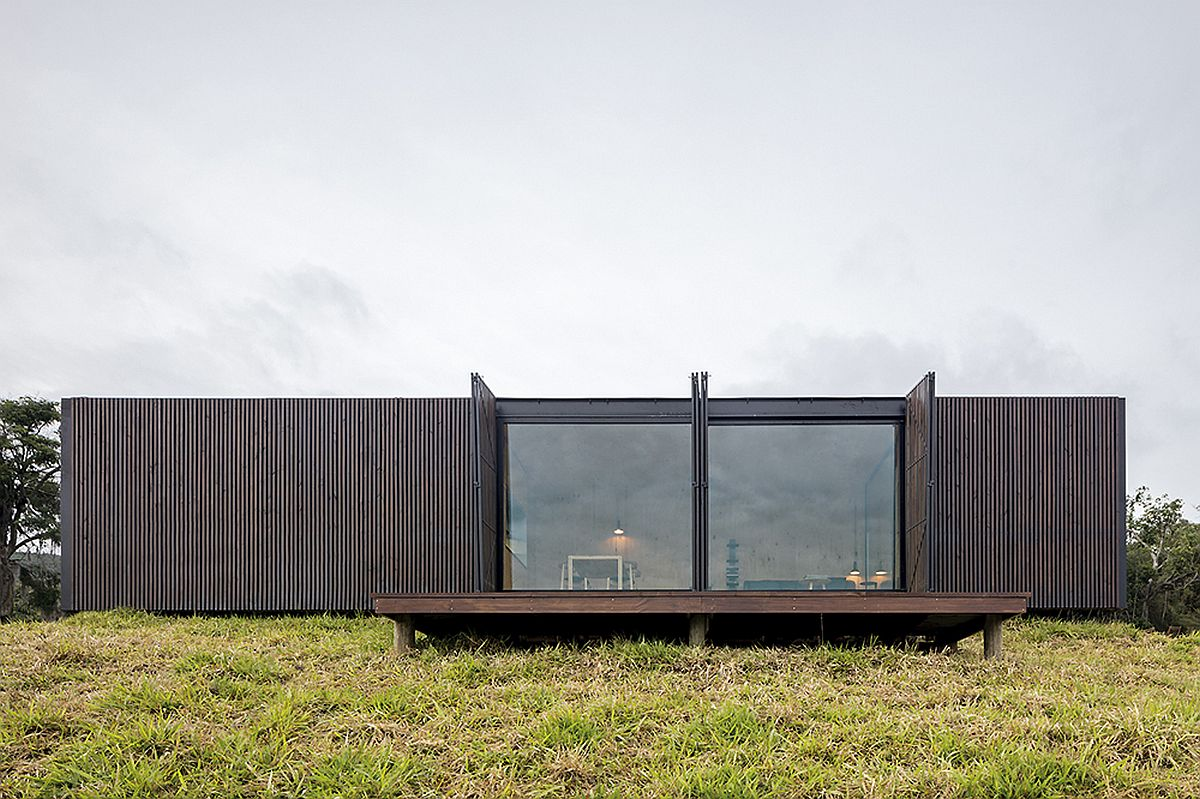 Windows-open-up-to-bring-the-landscape-indoors