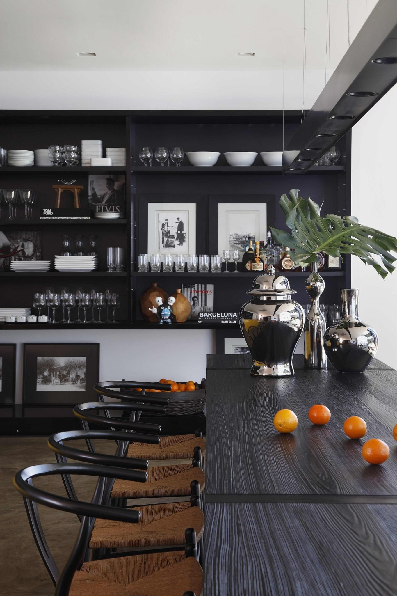 Black brings sophistication and modernity to the contemporary kitchen