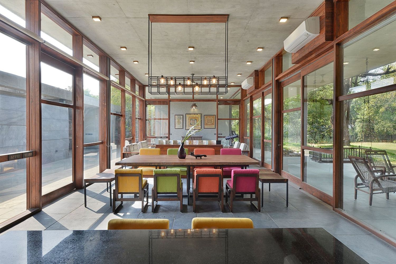 Colorful-chairs-bring-brightness-to-the-living-area