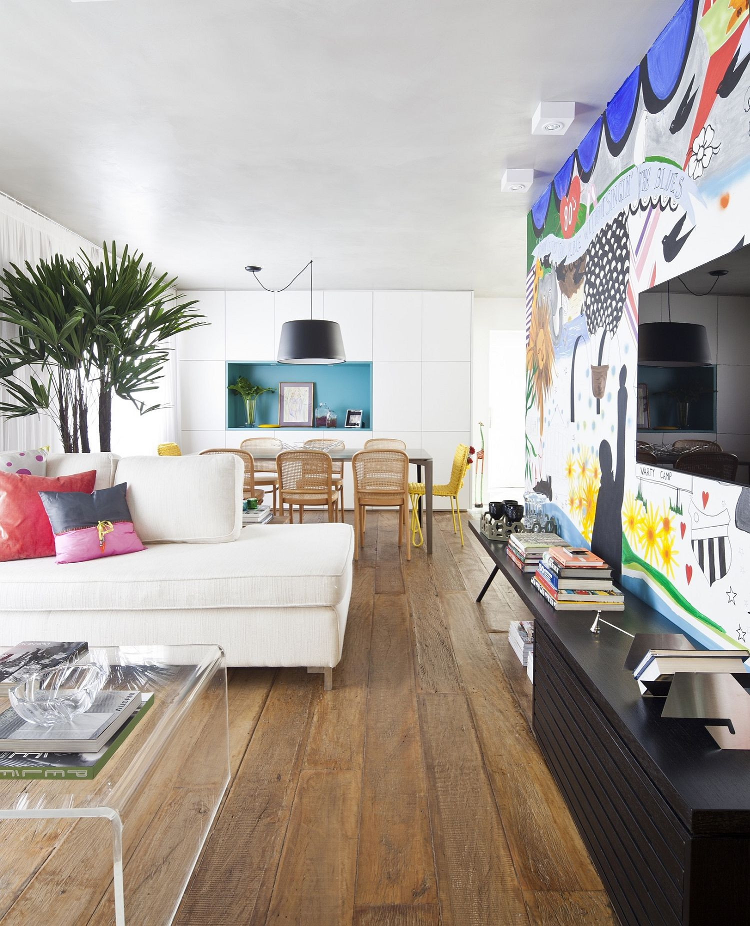 Modern Apartment: An Interior Full Of Flamboyance: Vibrant And Chic