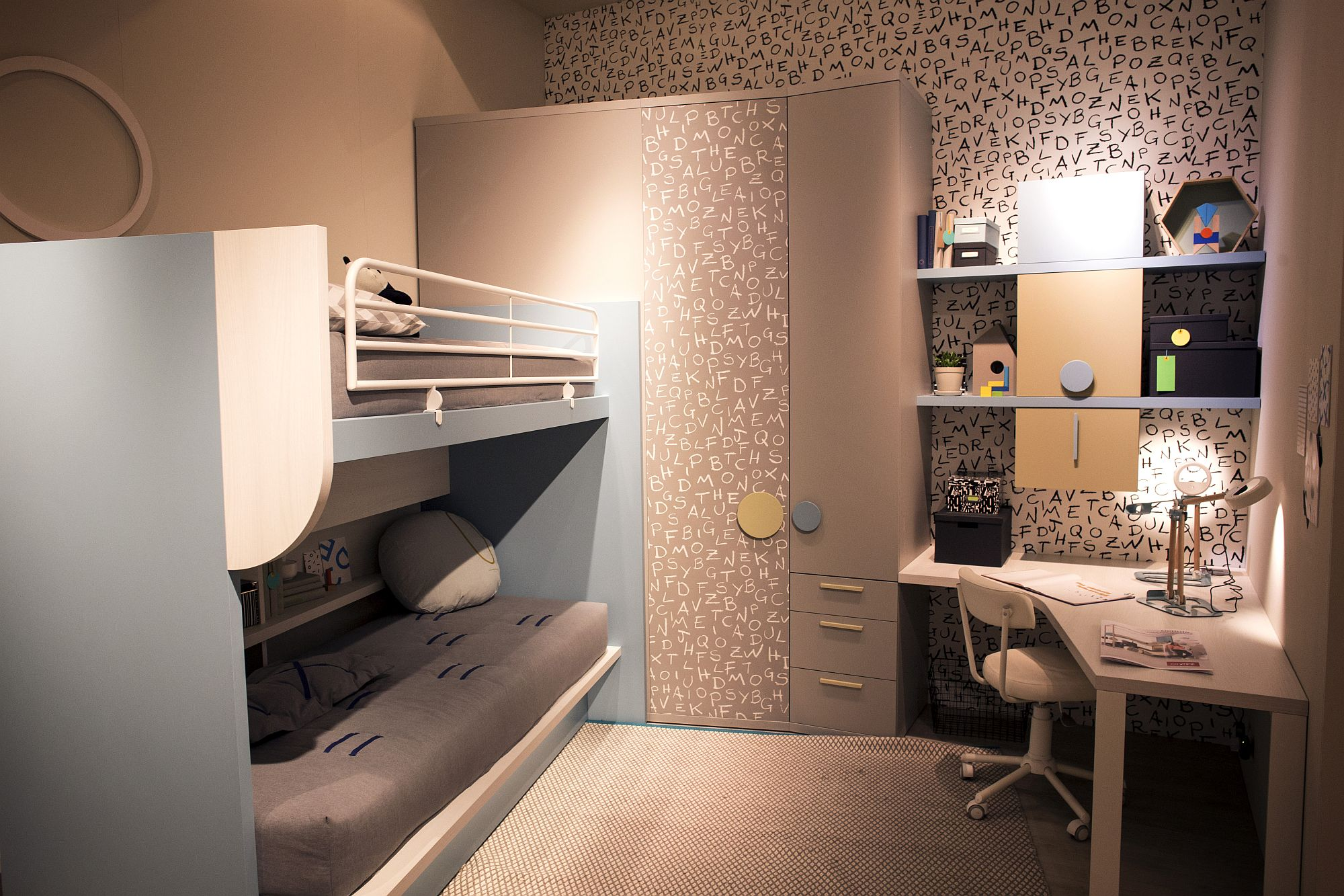 Corner workstation with modular shelving in the small kids' bedroom