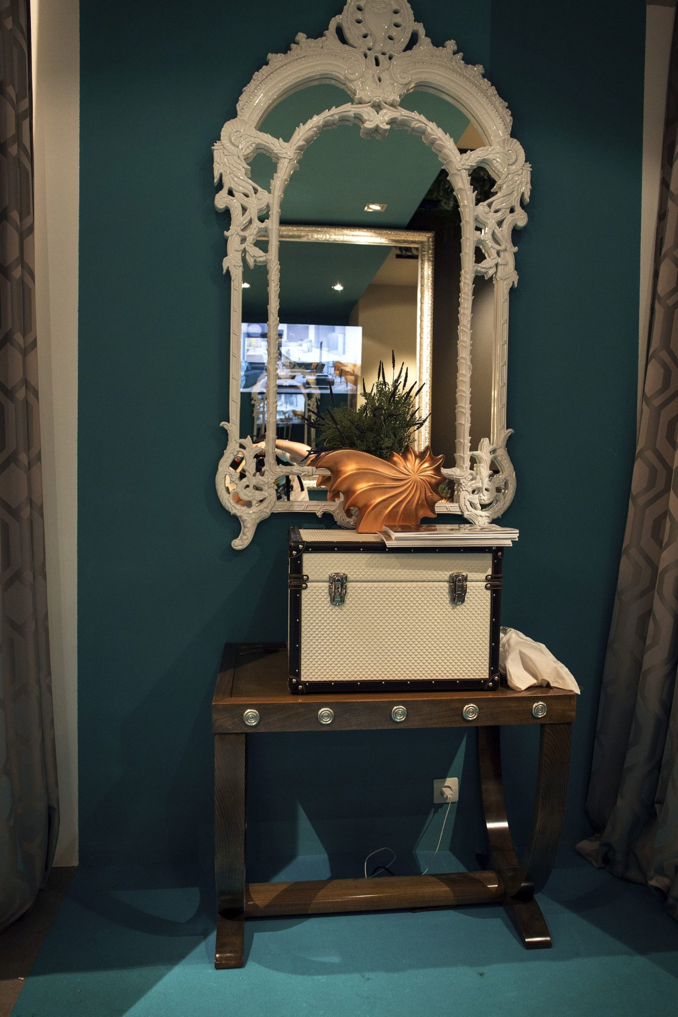 Duresta-creates-a-cool-and-stylish-entryway-with-Victorian-overtones