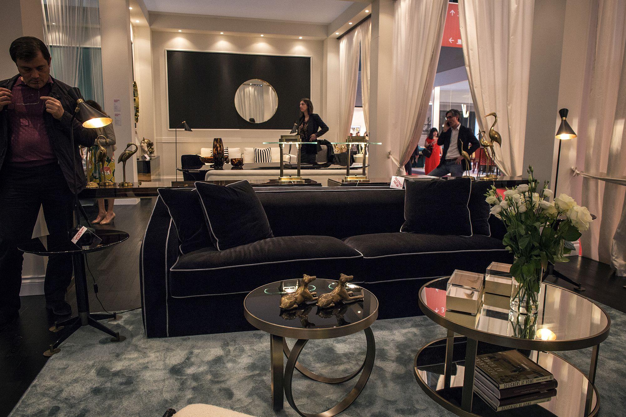 Exquisite-sofa-in-black-has-magnetic-charm