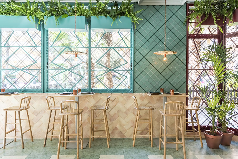 Exqusite-use-of-blue-brings-Mediterranean-flavor-to-the-Spanish-pizzeria