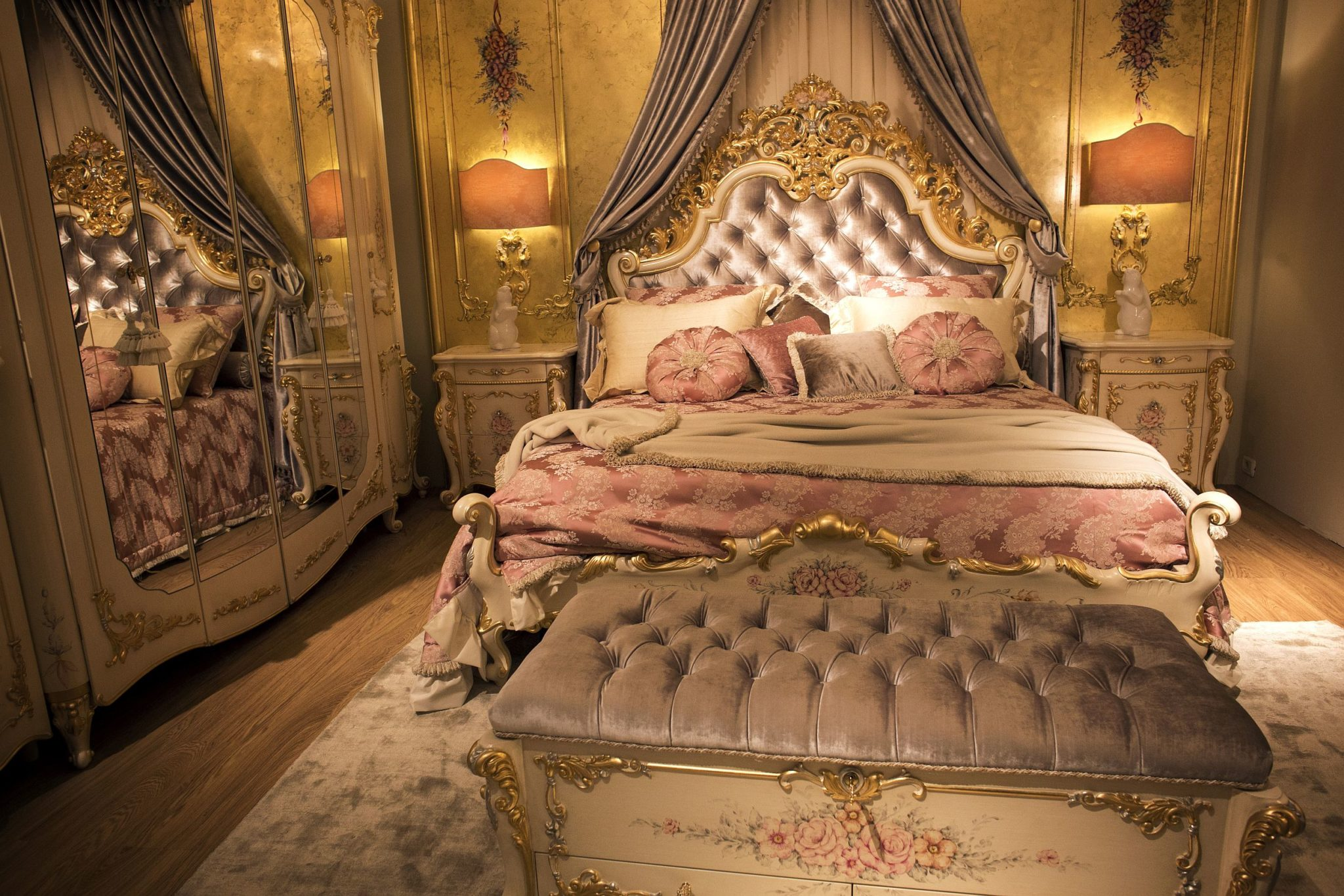 Glitter-of-gold-instantly-adds-splendor-and-opulence-to-the-classic-bedroom