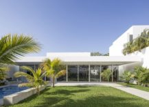 Ingenious-contemporary-home-is-all-about-outdoor-living-at-its-relaxing-best-217x155