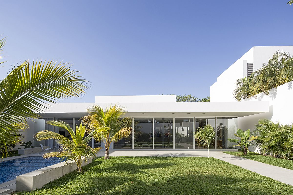 Ingenious-contemporary-home-is-all-about-outdoor-living-at-its-relaxing-best
