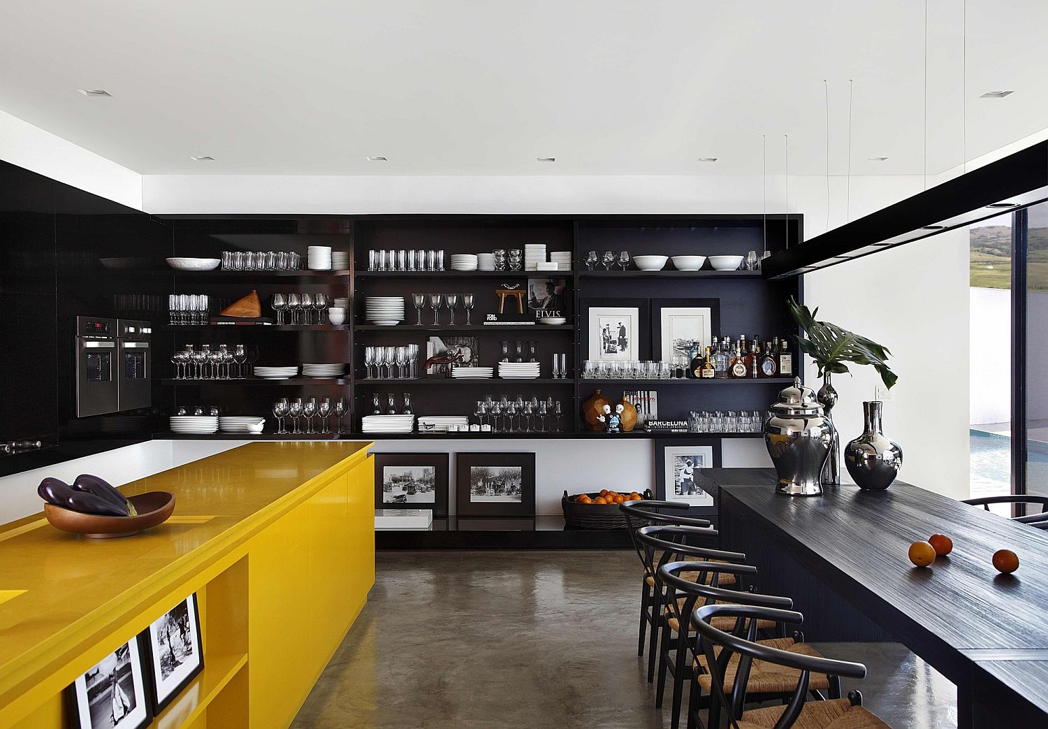 Kitchen-shelves-in-black-along-with-dark-dining-table-inside-the-LA-House