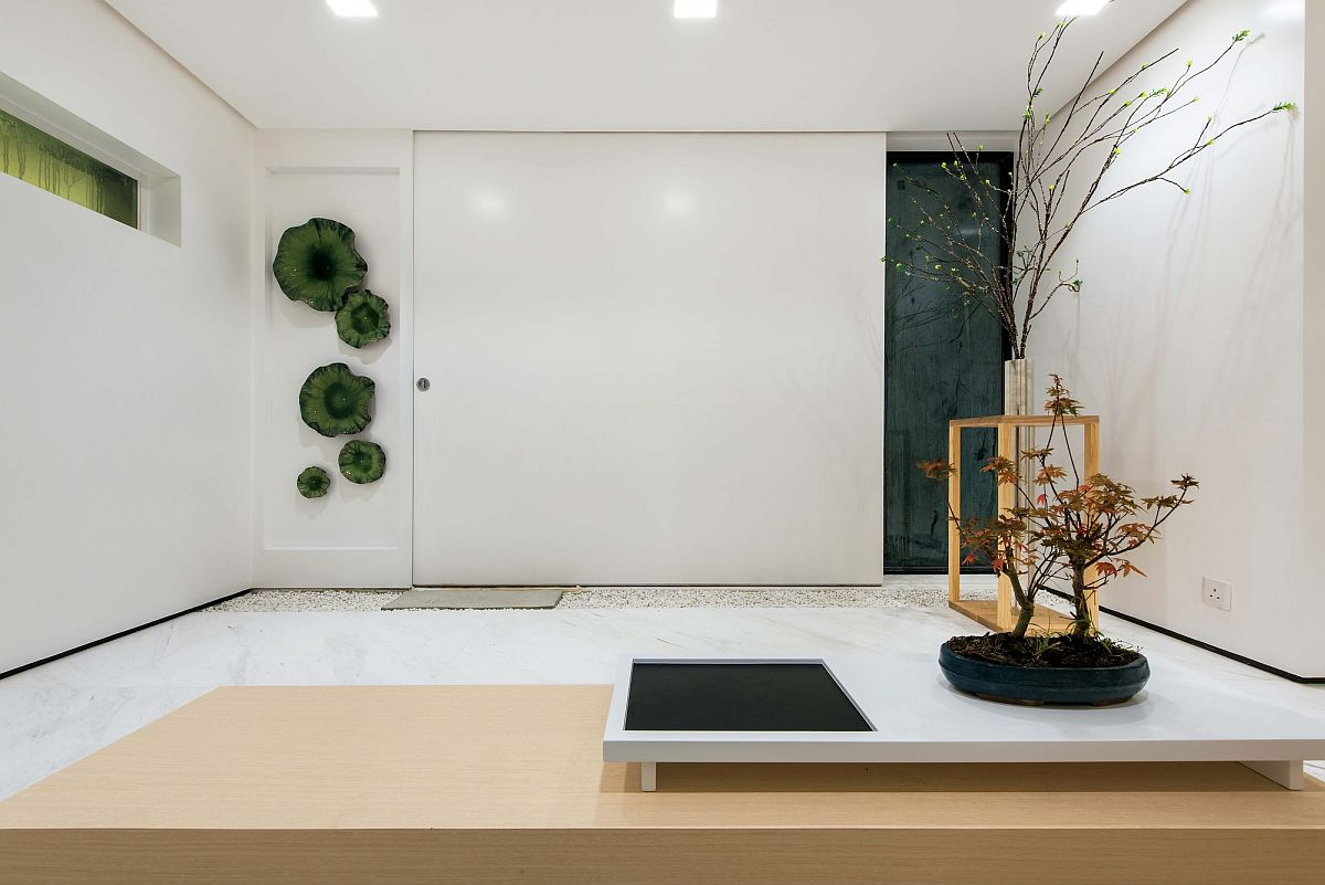 Minimal-and-refined-interior-in-white-with-wooden-warmth