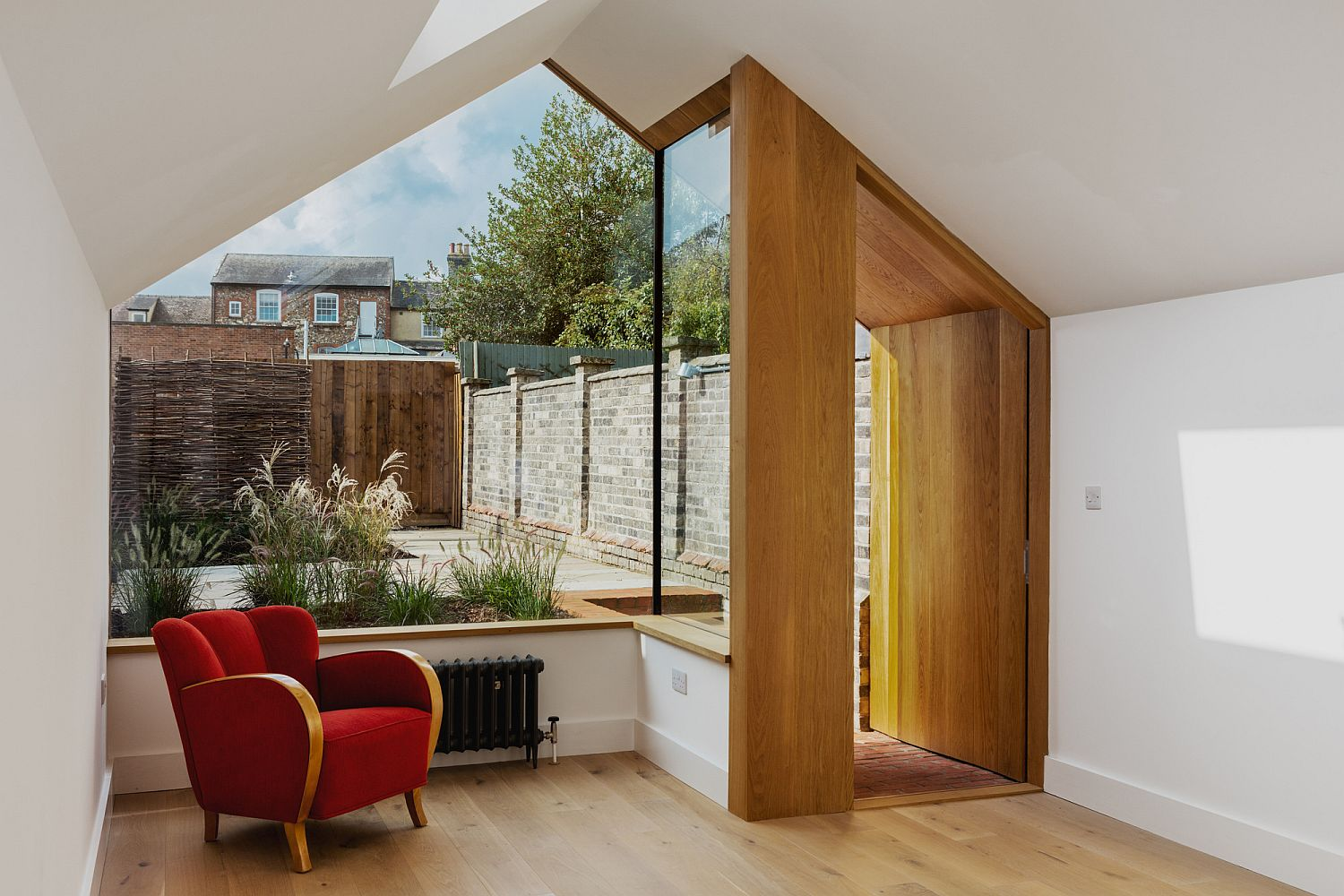 Modern rear extension of the Bury Saint Edmunds home This Grade II Listed English Cottage Gets a Picture Perfect Modern Extension
