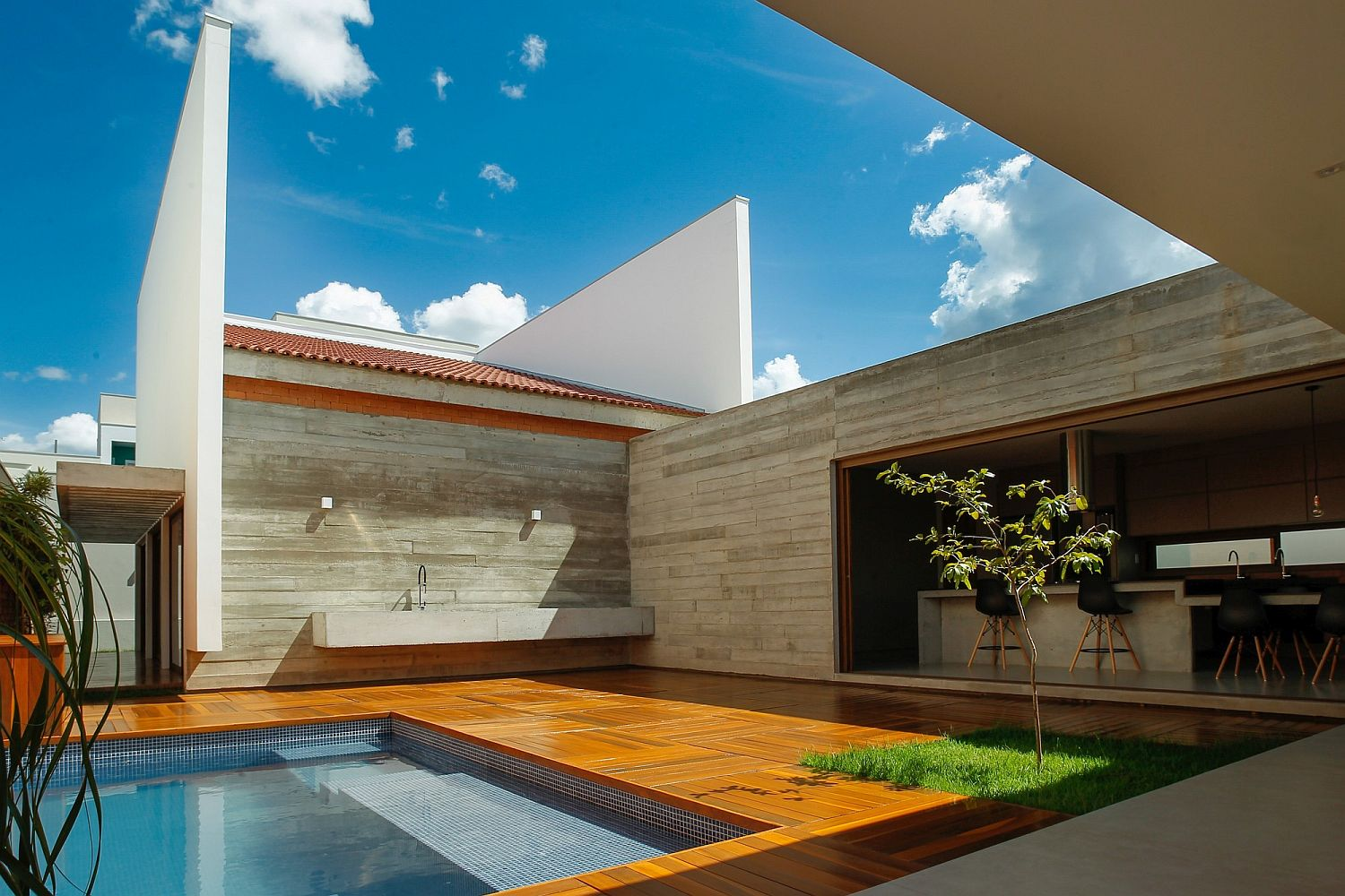 Open central courtyard of the Cuiabá House in Brazil Cuiabá House: Open Family Home in Brazil with Shaded Outdoor Spaces