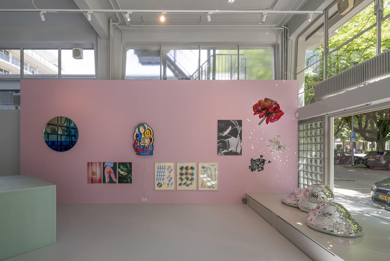 Pink-walls-beat-boring-white-gallery-walls