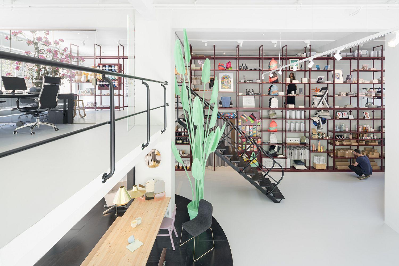 Smart spatial arrangement and open shelves provide ample floor space