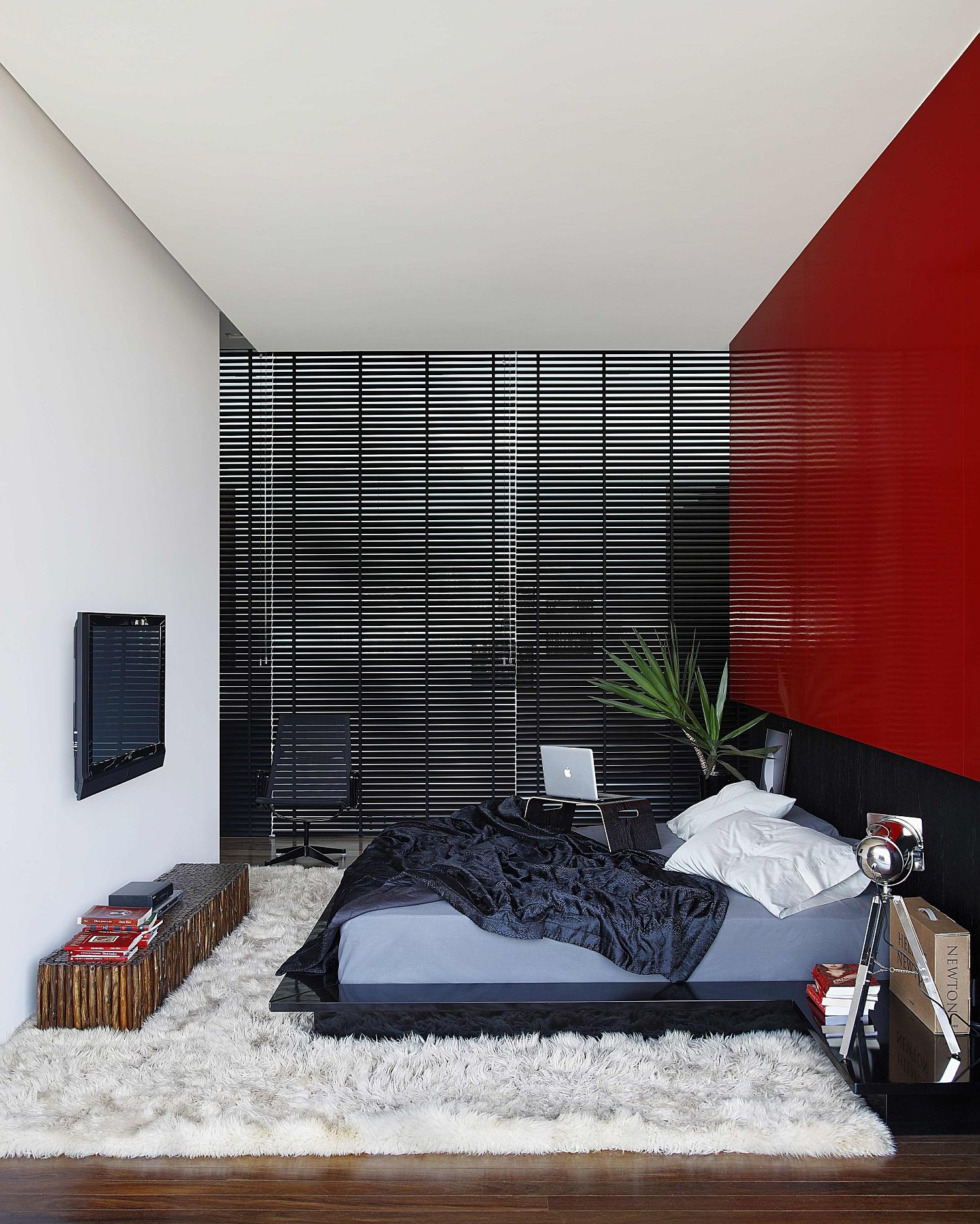 Snazzy bedroom in black, white and red