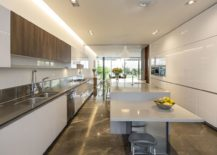 Spacious-contemporary-kitchen-in-white-with-a-dashing-breakfast-bar-217x155