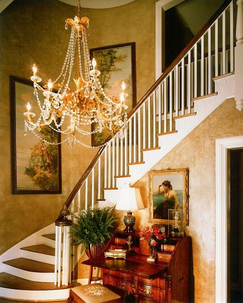 Textured-walls-and-a-brilliant-chandelier-for-the-Victorian-style-entry