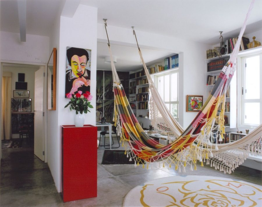 Boho chic amazing hammocks that add a bohemian flair to for Living room hammock