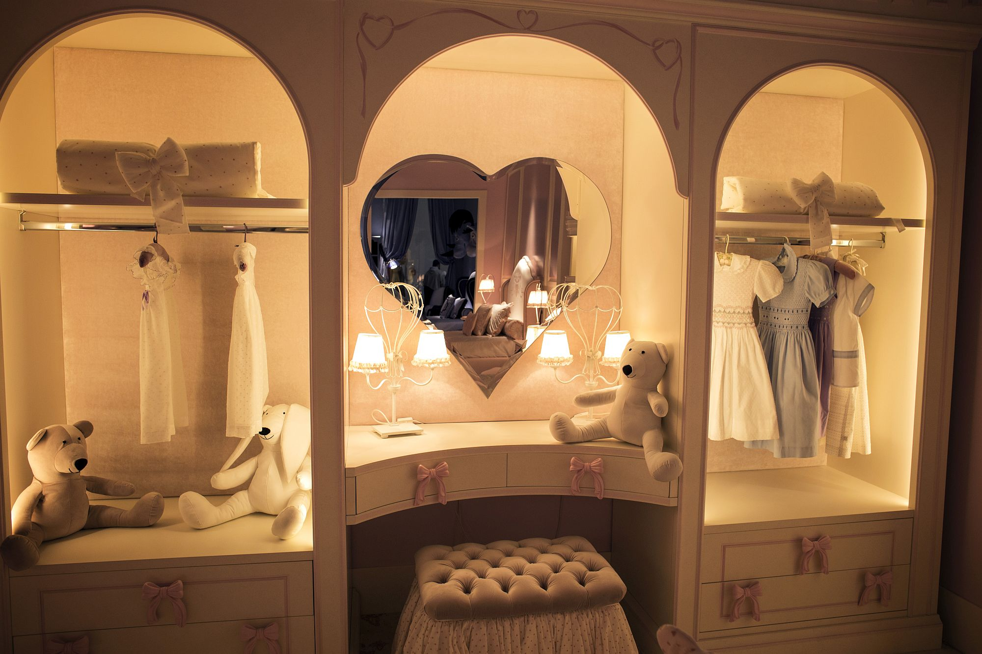 Ultra-cute-heart-shaped-mirror-in-the-white-and-pink-bedroom