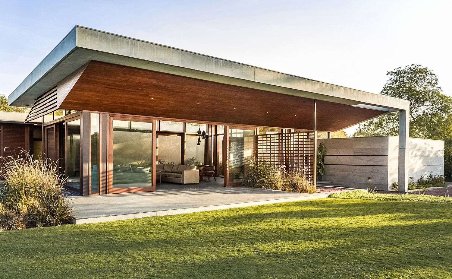 Wooden-addition-to-the-verandah-keeps-out-scorching-subtropical-heat