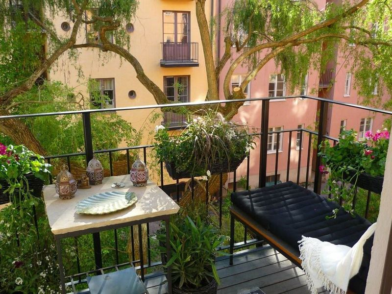 A balanced balcony garden that doesn't diminish comfort