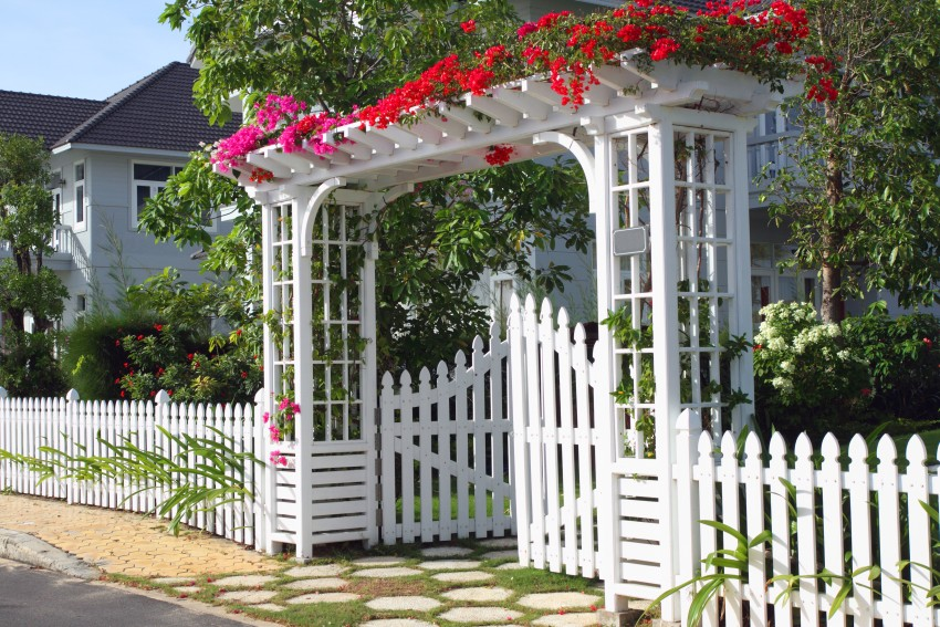 Big entryway with a classy white picket fence