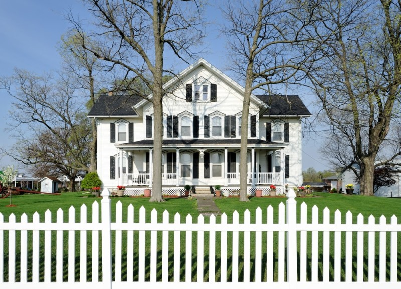 Living the american dream with a white picket fence for Big houses in america