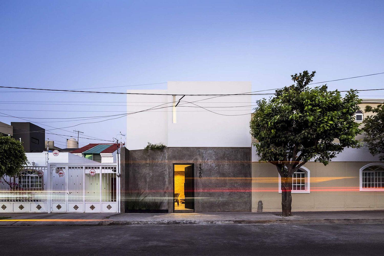 Closed-street-facade-of-Casa-Forasté