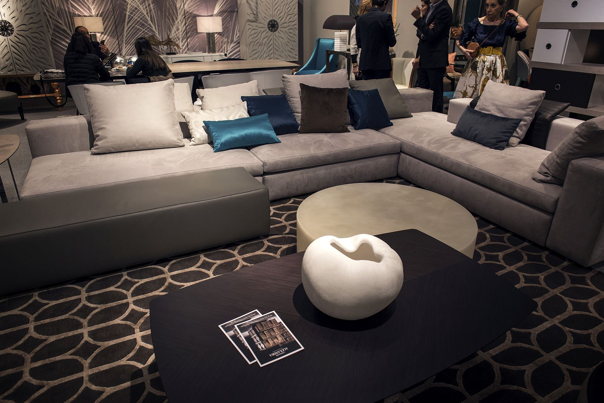 Coffee table in black can be combined with a variety of decor additions