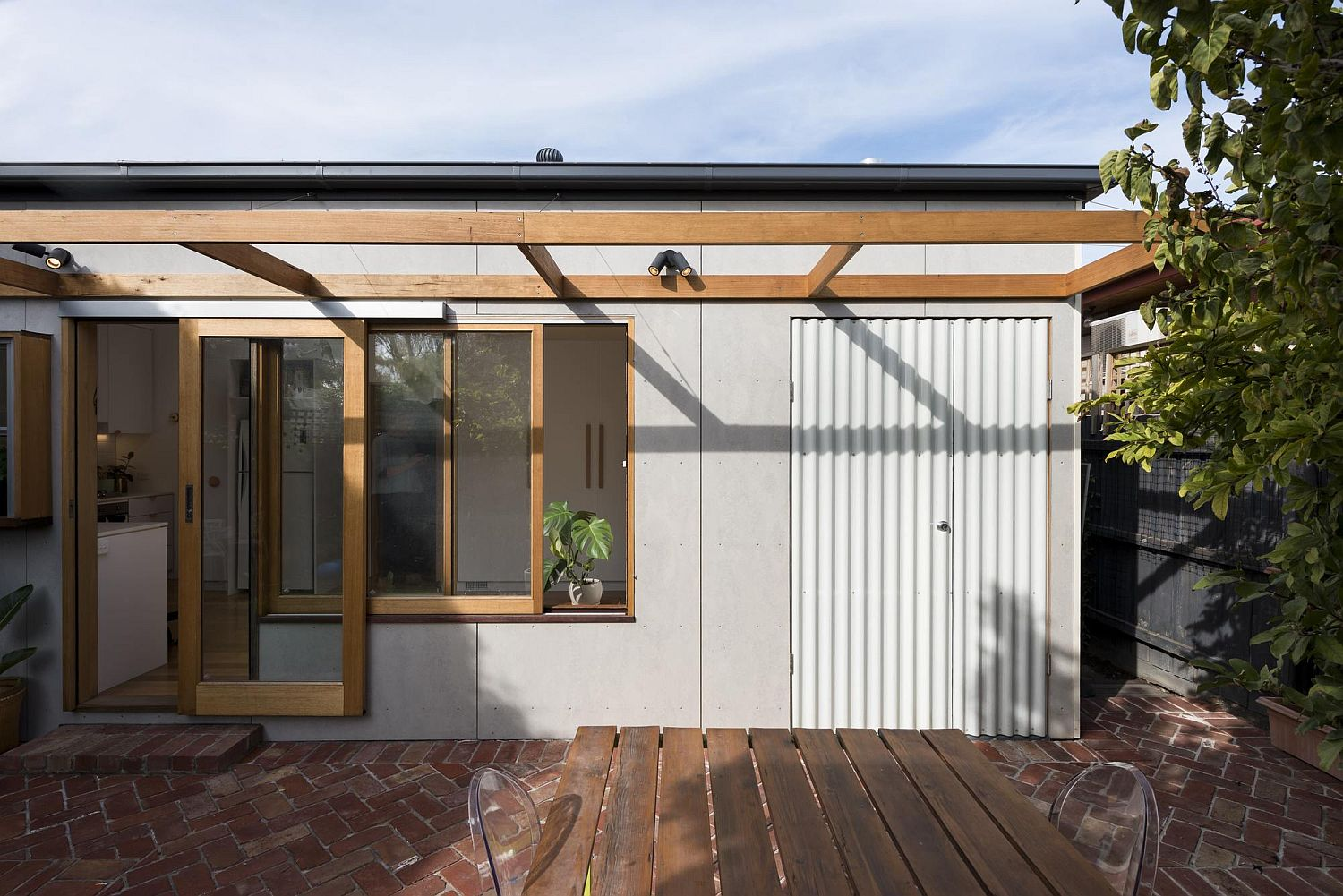 Contemporary addition to the Victorian townhouse in Melbourne Cheerful Rear Addition to Melbourne Home in White, Timber and Copper