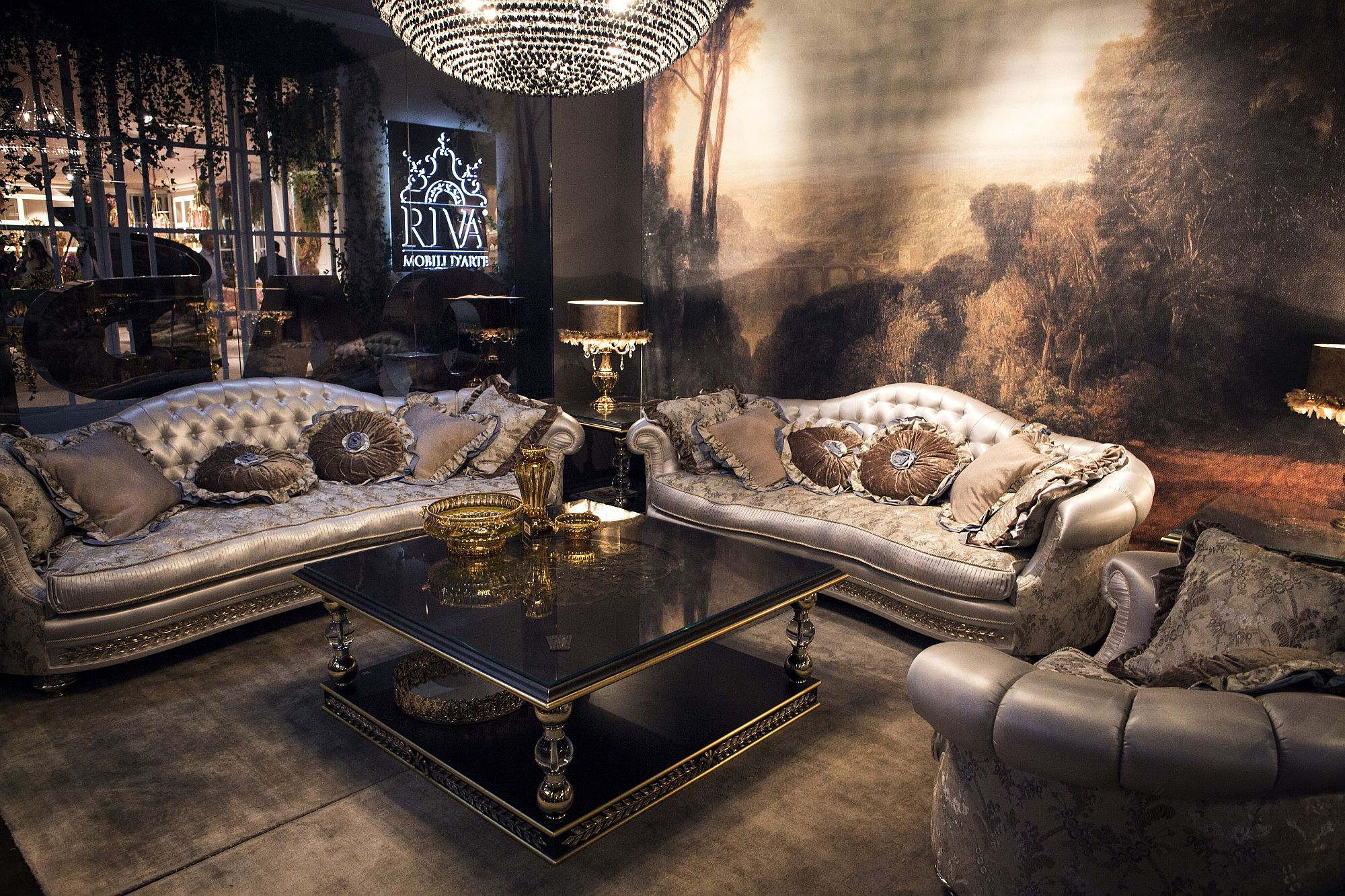 Dashing traditional coffee table in gold and black