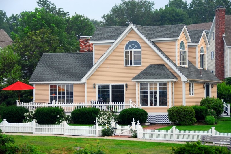 Grand-peach-house-with-a-white-picket-fence