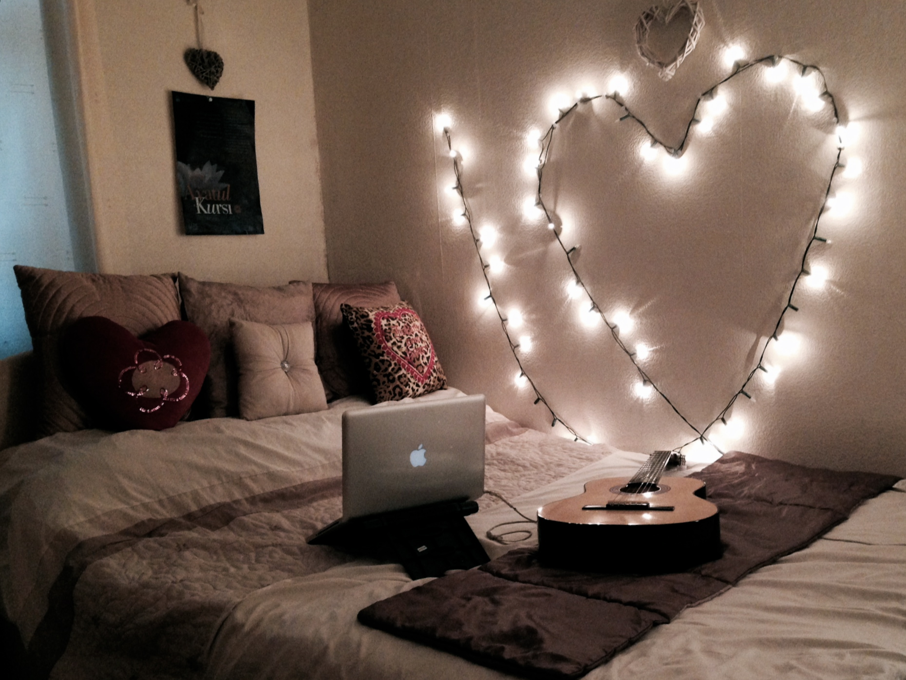 30 ways to create a romantic ambiance with string lights for Bedroom ideas hanging pictures