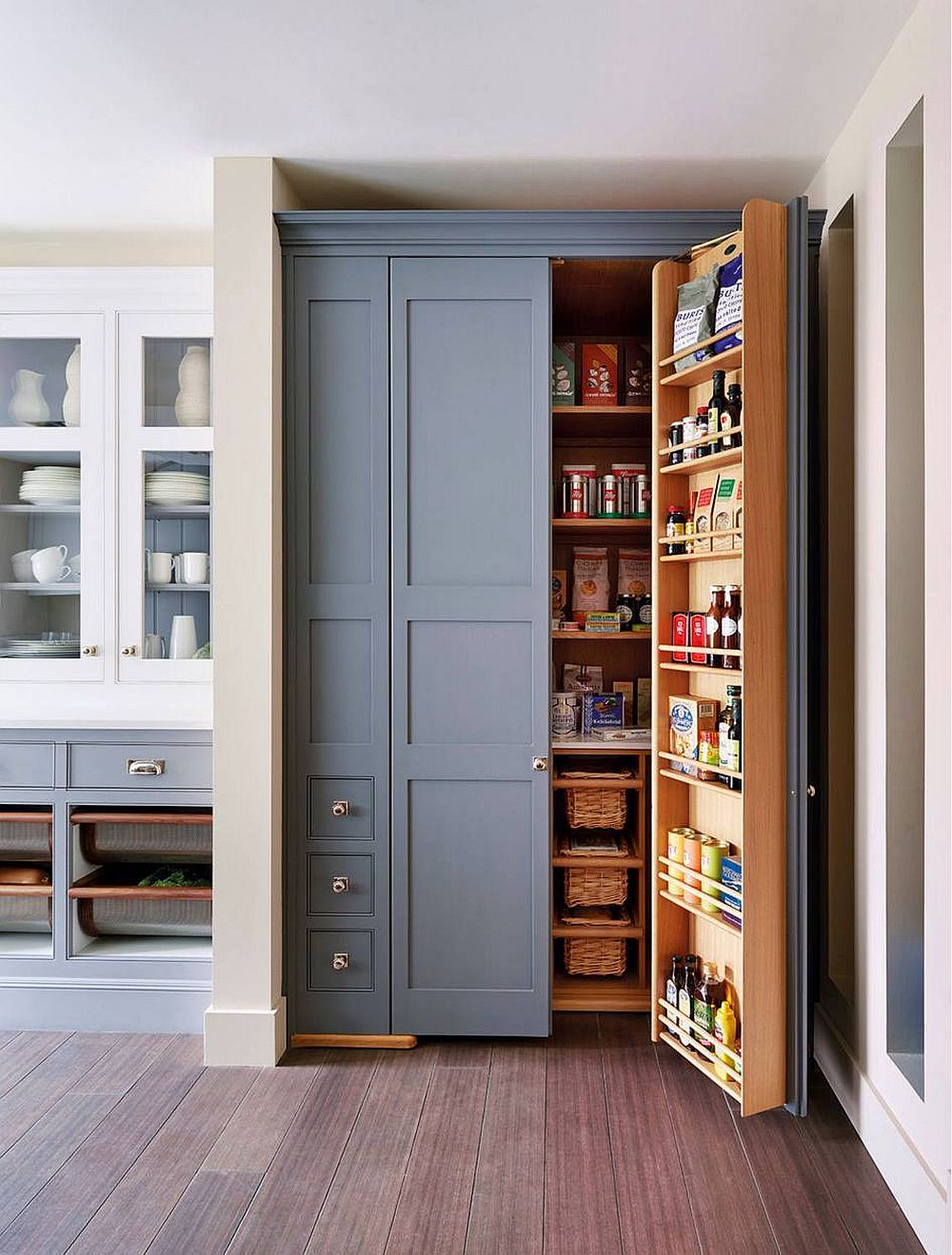Making use of the kitchen corner with a fabulous pantry with bluish-gray doors