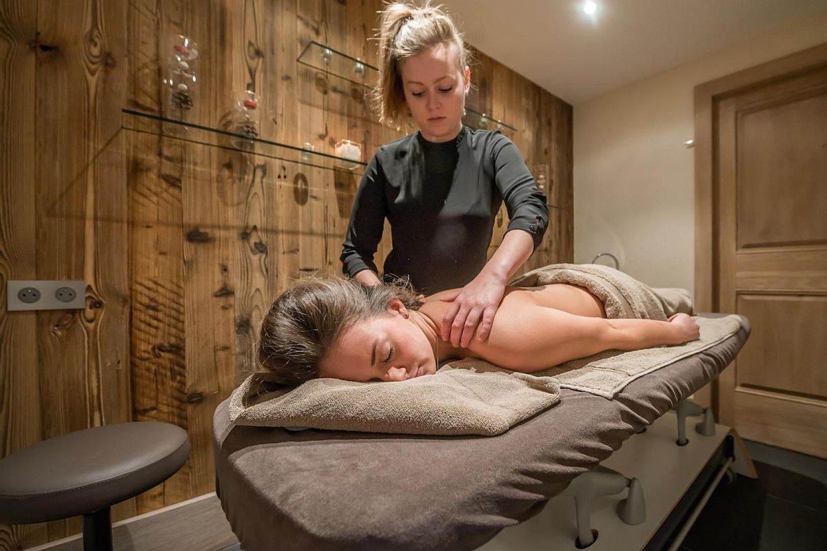 Massage-room-at-the-wellness-area-of-chalet-Mont-Tremblant