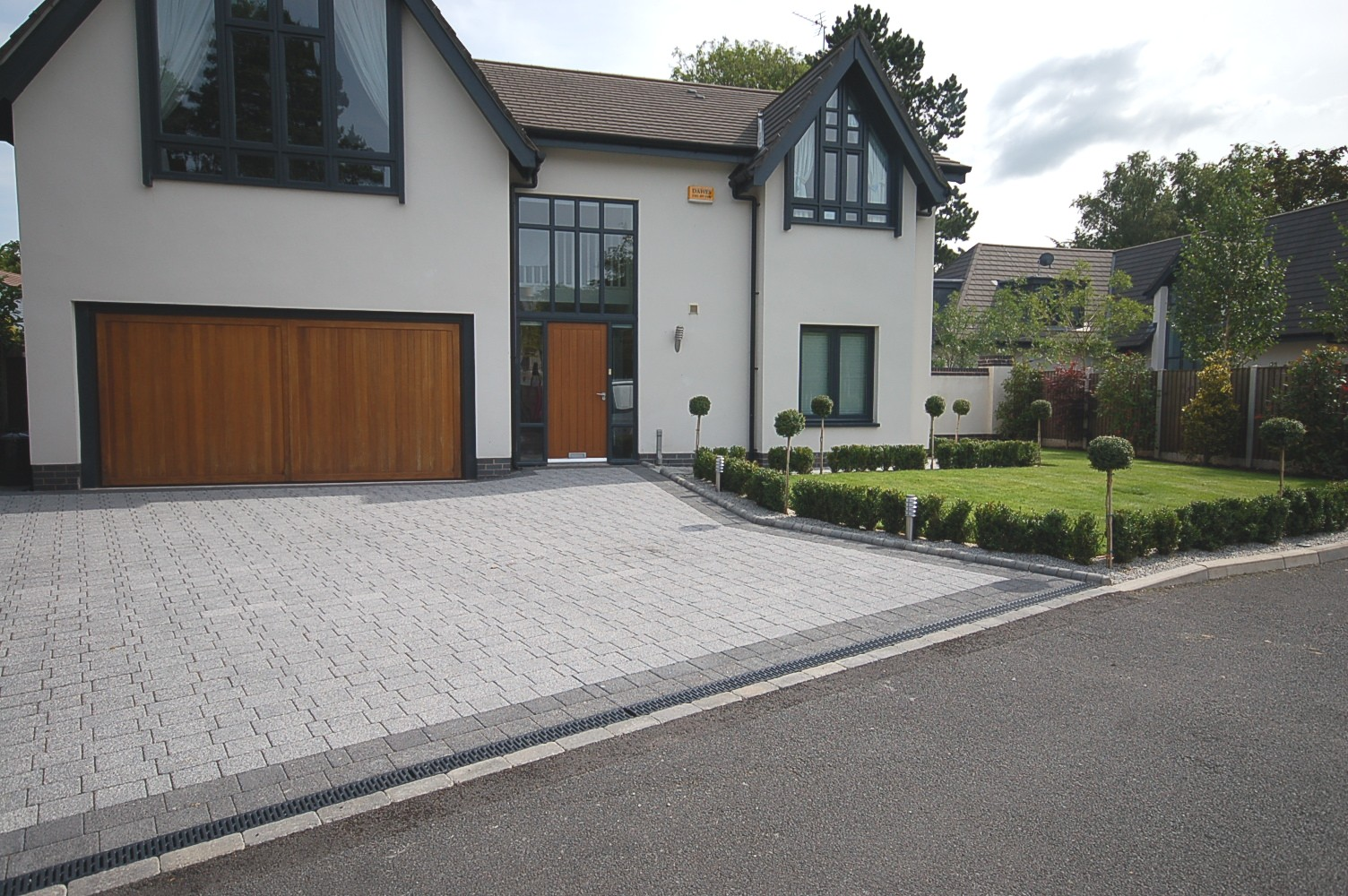 30 homes that show off their top notch modern driveway for Modern house uk