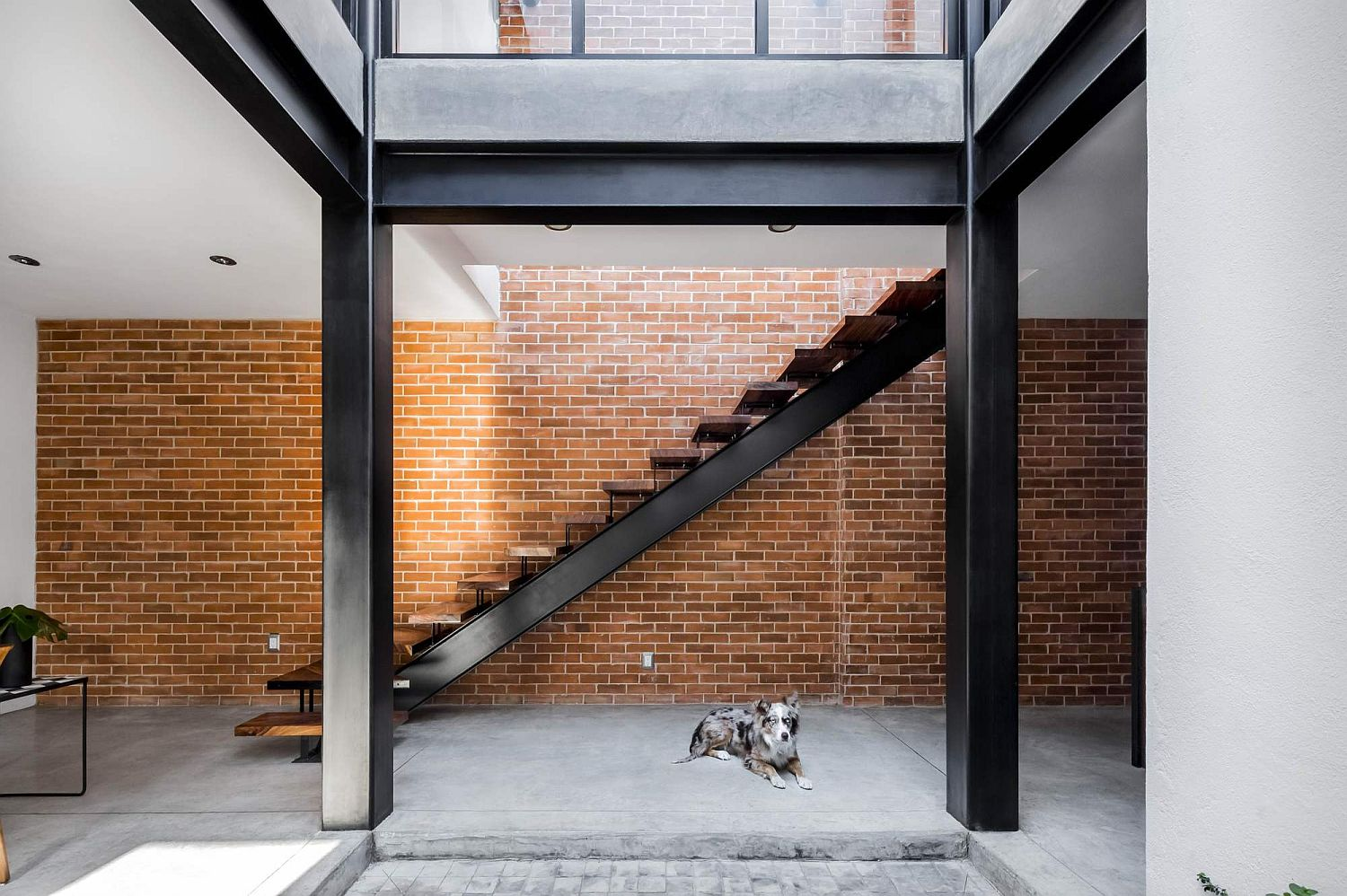 Modern-and-industrial-elements-come-together-at-Casa-Forasté