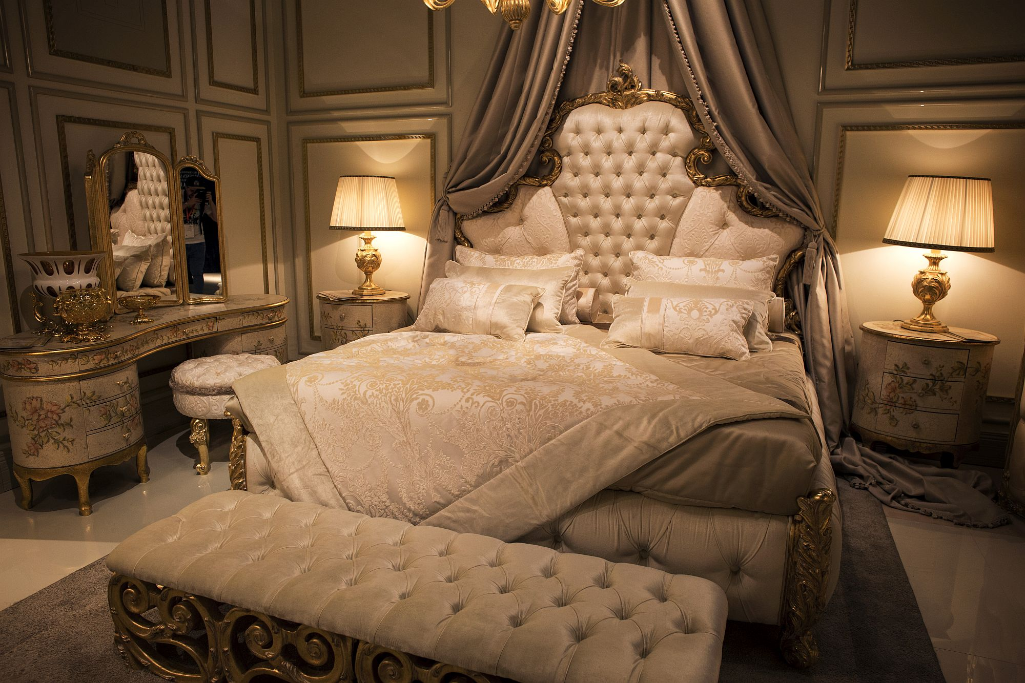 Opulent bedroom in gold and white from Andrea Fanfani
