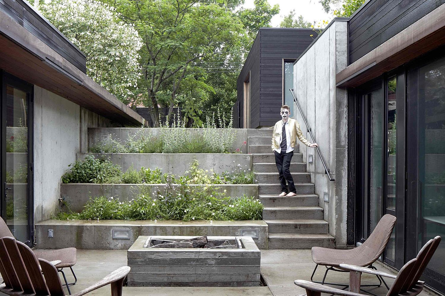 Stepping-down-into-the-central-courtyard-and-the-hidden-public-spaces