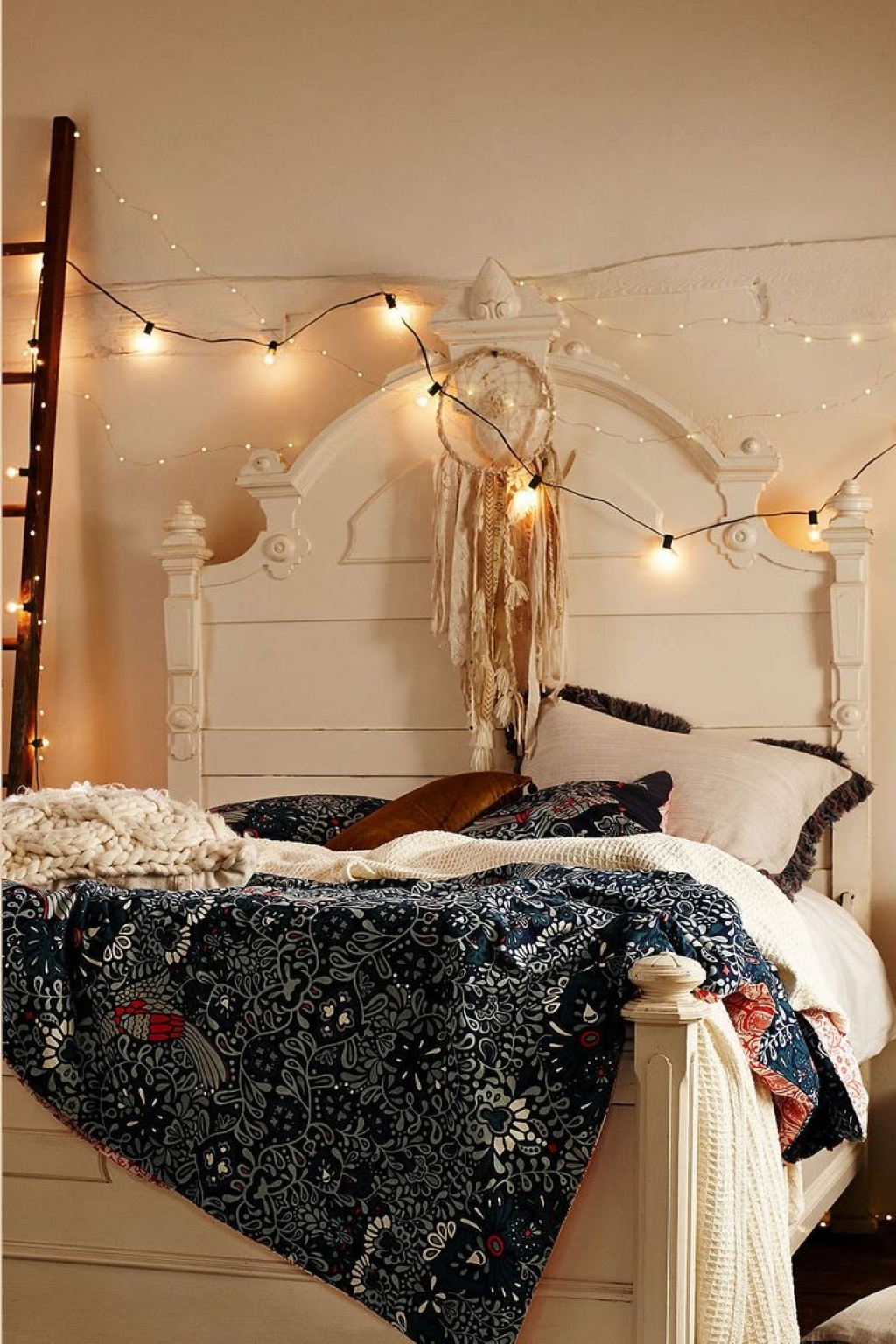 30 ways to create a romantic ambiance with string lights. Black Bedroom Furniture Sets. Home Design Ideas