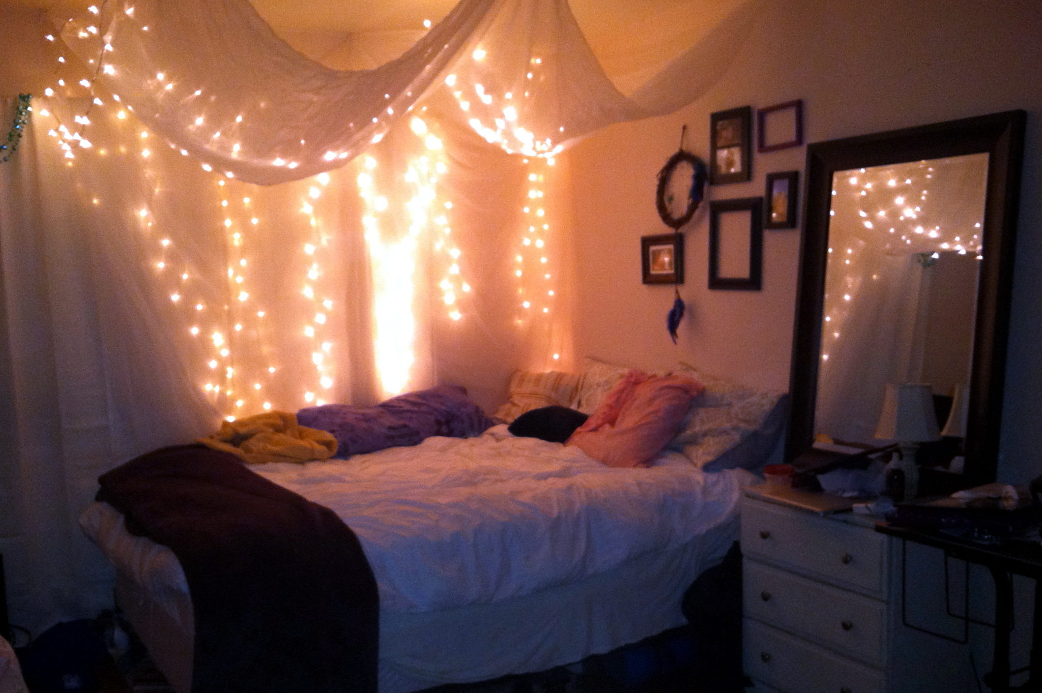 30 ways to create a romantic ambiance with string lights for String lights for bedroom ikea