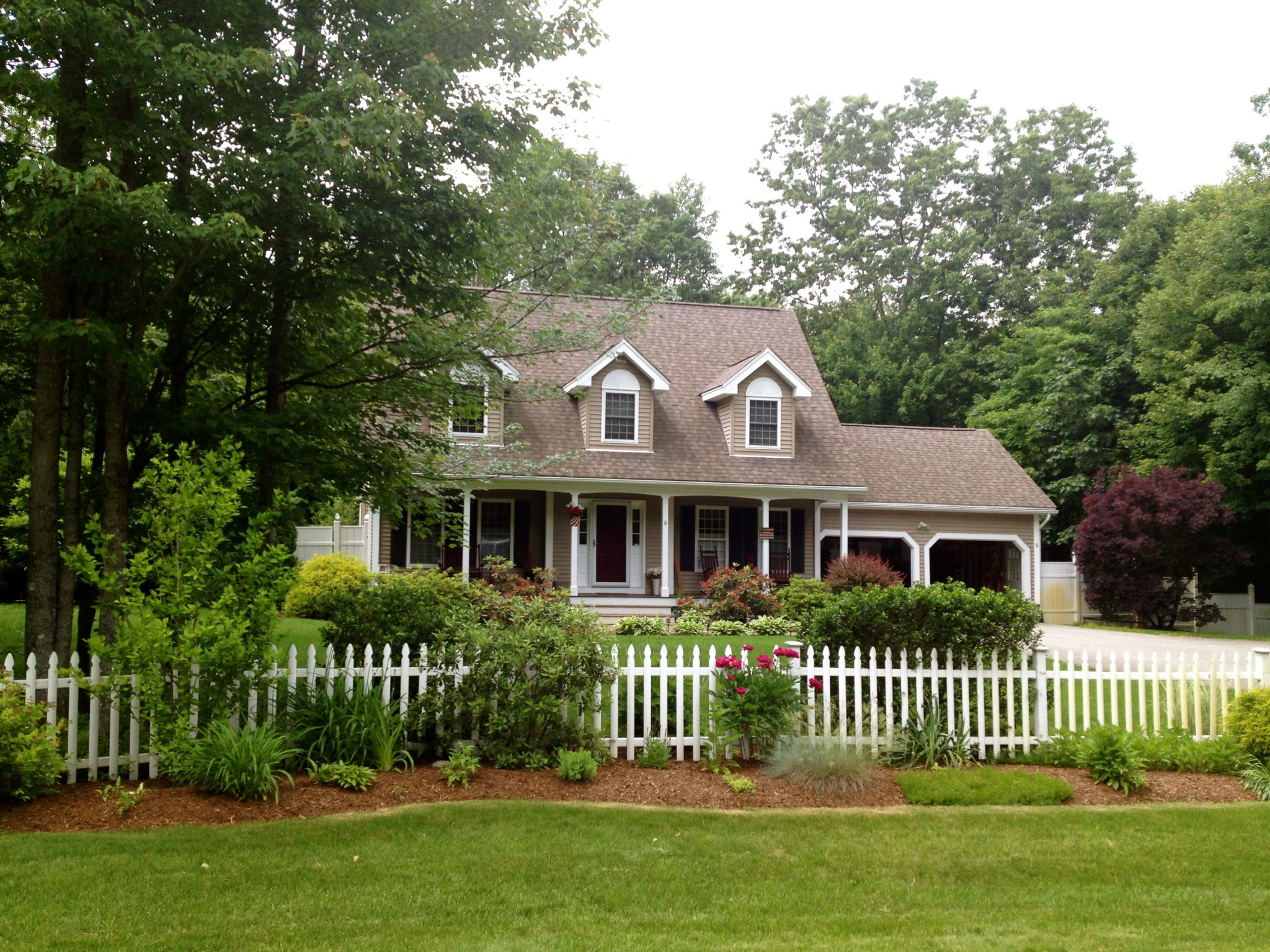The-classic-picket-fence-gives-the-house-a-domestic-feeling