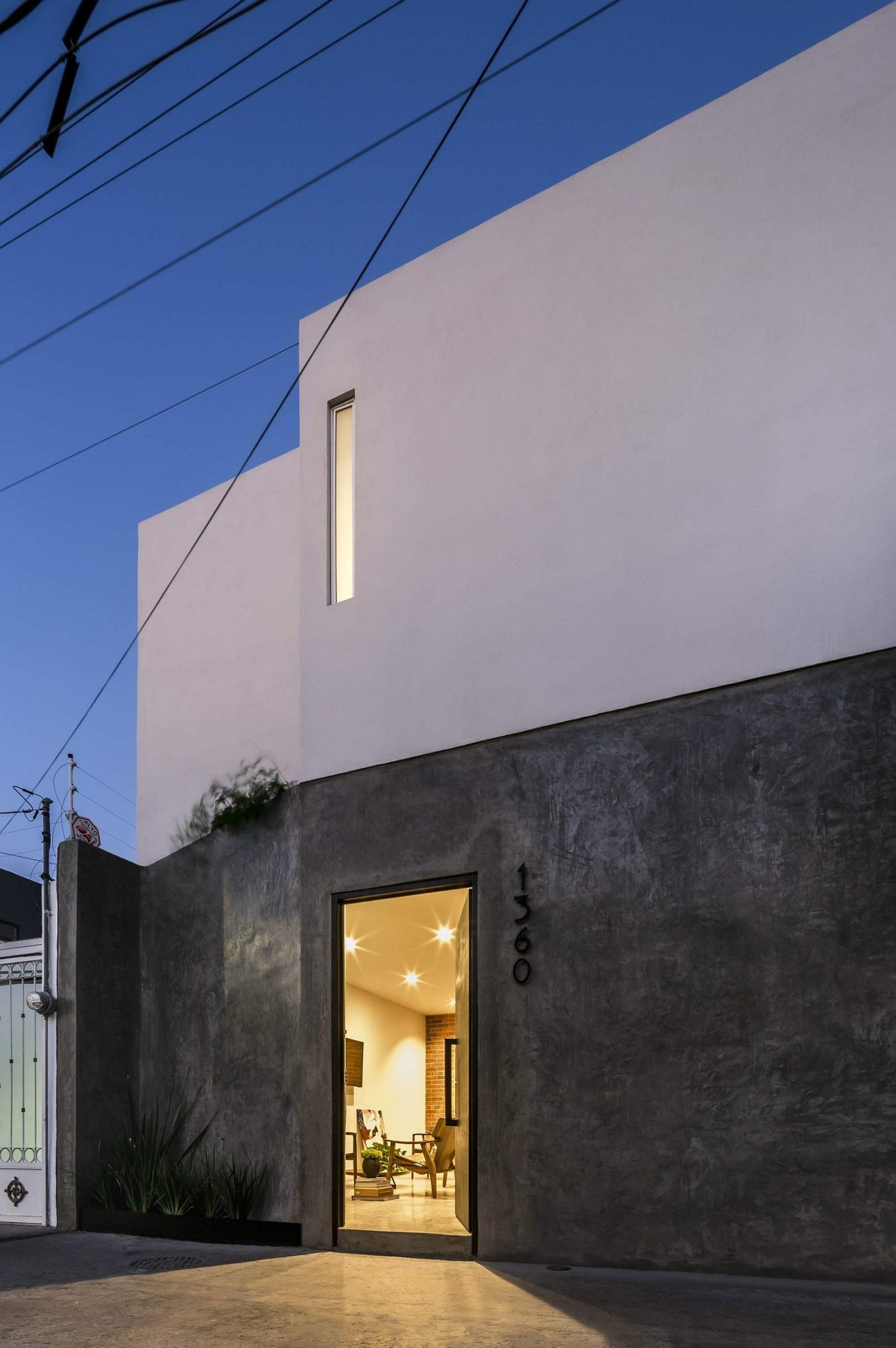 Unique-and-minimal-facade-of-Casa-Forasté
