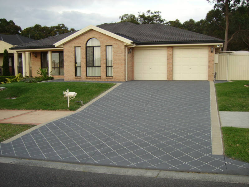 30 homes that show off their top notch modern driveway for Best way to clean cement driveway