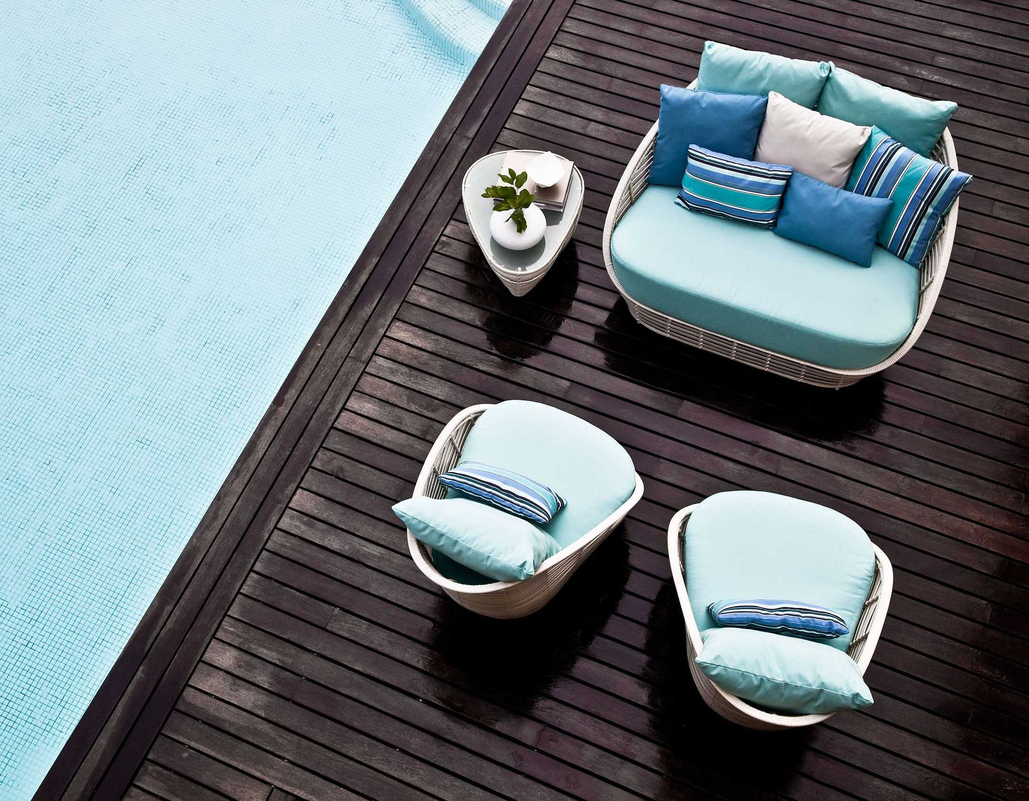 Breezy and modern Oasis lounge chair on the pool deck