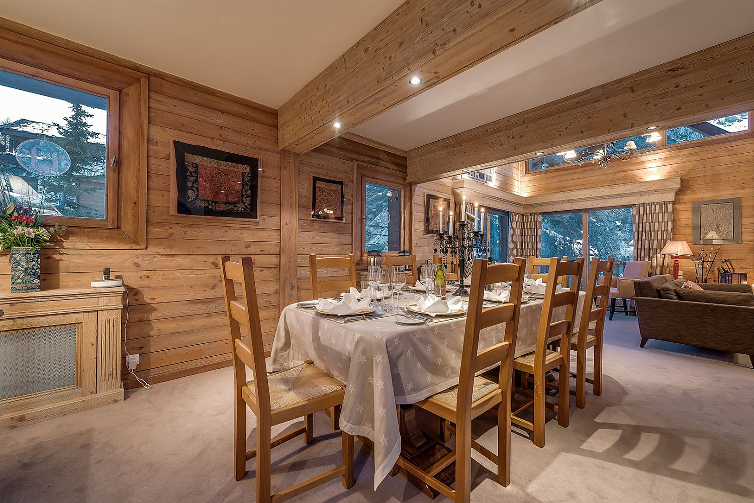 Dashing-chalet-dining-room-with-classic-and-modern-vibes-intertwined