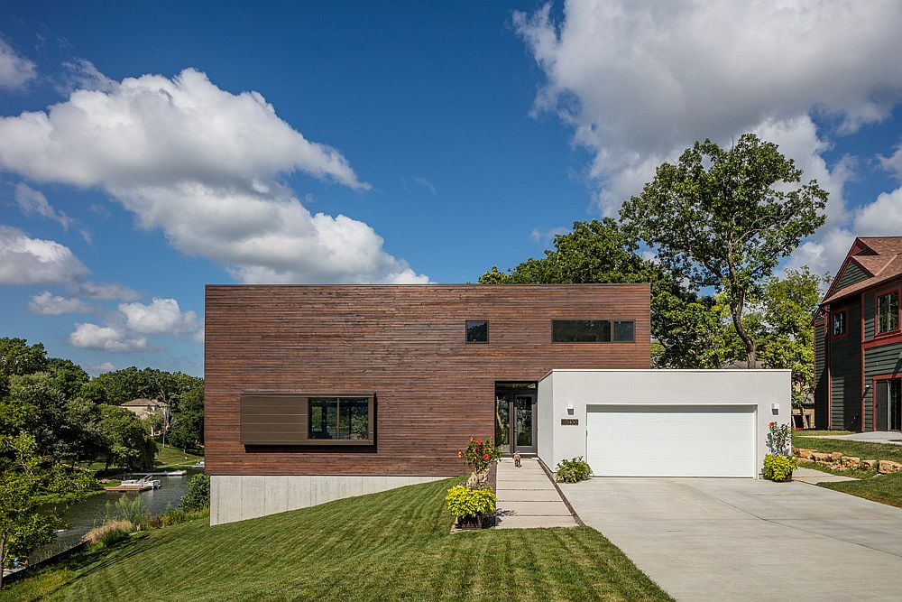 Entry to the contemporary lakeside house with wooden public volume